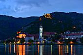 Beleuchtetes Dürnstein an der Donau abends zur blauen Stunde, Wachau, Niederösterreich, Österreich