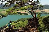 Wanderin blickt auf den Happurger Stausee bei Hersbruck, Mittelfranken, Bayern, Deutschland
