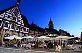 am Marktplatz in der Altstadt von Forchheim, Fachwerkhaus, Kirchturm, Cafe, Sonnenuntergang, Schirme,  Rathaus,  Ober-Franken, Bayern, Deutschland