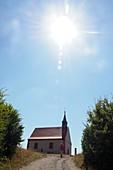 Walburgiskapelle, Walberla bei Kirchehrenbach, Landschaft, Himmel, Kirche, Sonne, Fränkische Schweiz, Ober-Franken, Bayern, Deutschland