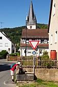 in Leutenbach an der Walberla, Dorf, Häuser, Brunnen, Person, Kirchturm, Fränkische Schweiz, Ober-Franken, Bayern, Deutschland