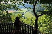 Wandern bei Streitberg im Wisenttal, Landschaft, Aussicht, Blick, Person, Fluß Wisent, Fränkische Schweiz, Ober-Franken, Bayern, Deutschland