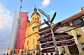 an der Basilika, Gößweinstein, Fahne, Schilder, Tourismus, Kirche, Fränkische Schweiz, Ober-Franken, Bayern, Deutschland