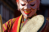 Even before the monks, the Atsaras * - clowns or jokers - take the stage.