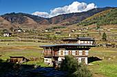 Traditionelle Wohnhäuser im Phobjikha Tal, Bhutan, Asien