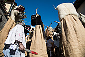 Schnappviehcher symbolisieren den Winter im Fasching von Tramin, Südtirol, Italien