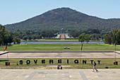 NBERRA - 22. FEB. 2019: Souveränitätszeichen an der Aborigine-Zelt-Botschaft in der parlamentarischen Zone von Canberra im Australia Capital Territory. Es repräsentiert die politischen Rechte der australischen Aborigines.