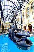 """Hay's Galleria, Southwark, London, England, UK. Offices, restaurants, shops, and flats in what was originally a warehouse by Hay's Wharf. Moving scul;pture """"The Navigators"""" - 1987, David Kemp"""