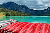 Mieten Sie Kanus in Emerald Lake, Yoho National Park, Feld, British Columbia, Kanada
