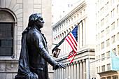 Außenansicht der Wall Street und der New Yorker Börse mit George Washington Statue. Manhattan, New York, USA