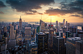 """A sunset view of manhattan from the famous """"Top of the rock"""" terrace. Manhattan, New York City, USA"""