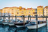 Morgens Boote auf dem Canal Grande. Venedig, Venetien, Italien.