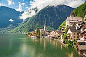 Halstatt, ein kleines Dorf in Südösterreich, an einem sonnigen Tag