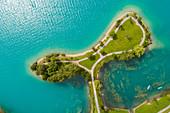 Blick von oben auf den Lungerersee mit einer kleinen Insel im Sommer, Obwalden, Schweiz