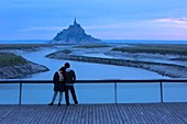 France, Manche, Bay of Mont Saint Michel listed as World Heritage by UNESCO, from the Barrage de la Caserne, couple in love
