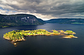 Insel, See, Fjord, Berge, Luftaufnahme, Fjordnorwegen, Norwegen, Europa\n