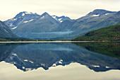 Fjord, Eresfjorden, Spiegelung, Siedlung, Berge, Fjordnorwegen, Norwegen, Europa\n