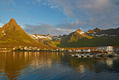 Sonnenuntergang in Mefjordvaer auf der Insel Senja, Troms, Norwegen, Europa