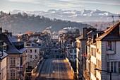 Frankreich, Pyrenäen Atlantiques, Bearn, Pau, Blick auf die Unterstadt und die Pyrenäen vom Schlosspark