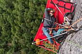 Kletterer rasten auf Portaledge, Trad Climbing, Stawamus Chief, Sea to Sky Korridor, Squamish, British Columbia, Kanada