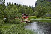 Haus am See im Espelandsdalen am Espelandsvatn, Hordaland, Norwegen, Europa