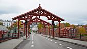 Trondheim, Brücke (Gamle Bybroa) im Speicherviertel am Nidelva, Bakklandet, Provinz Sör-Tröndelag, Tröndelag, Norwegen, Europa