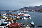 Blick über den Hafen von Hammerfest, Hurtigruten - Schiff, Insel Kvalöya, Provinz Finnmark, Vest-Finnmark, Norwegen, Europa