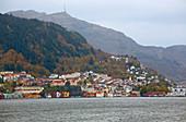Blick auf Bergen mit Aussichtsbergen Ulriken und Floeyen, Fjord, Byfjorden, Provinz Hordaland, Vestlandet, Norwegen, Europa