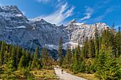 Auf dem Weg zum Kleinen Ahornboden mit Blick auf die Birkkarspitze, Hinterriß, Karwendel, Tirol, Österreich