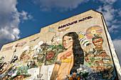 Graffiti von Streetart Projekt Interbrigadas an der Rückwand des Hotel Mercure in Berlin, Deutschland
