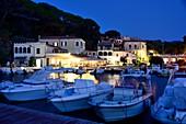 Abends Magazzini in der Bucht von Portoferraio, Elba, Toskana, Italien