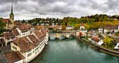 Panorama der Aare und der Untertorbrucke-Brücke in der Altstadt, Bern, Kanton Bern, Schweiz, Europa