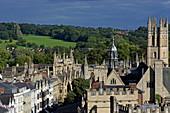 Blick vom Turm der St. Mary the Virgin Kirche auf die High Street und die Hügel des South Park, Oxford, Oxfordshire, England