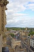 Blick vom Turm von St. Mary the Virgin Kirche auf die High Street, Oxford, Oxfordshire, England