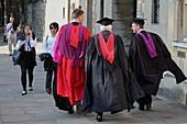 Professoren auf dem Weg zum College, Oxford, Oxfordshire, England