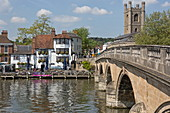 Henley Bridge over the Thames and the Angel on the Bridge pub, Henley-upon-Thames, Oxfordshire, England