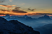 Morgenstimmung über Sorapis, Antelao und Pelmo, von der Sellagruppe, Sellagruppe, Dolomiten, UNESCO Weltnaturerbe Dolomiten, Venetien, Venezien, Italien