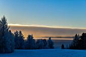 Wolkenwand über einem See im Winter in Lappland, bei Dorotea, Västerbottens Län, Schweden