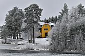 Schwedenhaus am See in verschneiter Winterlandschaft, bei Vilhelmina, Lappland, Schweden