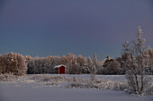Kleine Hütte in verschneiter Winterlandschaft am See, Arjeplog, Lappland, Schweden