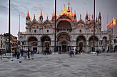 Blick auf den Markusdom bei Sonnenuntergang, Basilica San Marco, Markusplatz, Piazza San Marco, Venedig, Venetien, Italien, Europa
