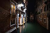 Blick auf venezianische Fassaden bei Nacht an einem Kanal in San Marco, Venedig, Venetien, Italien, Europa