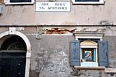 Blick auf eine Fassade mit Madonna Schrein, Venedig, Venetien, Italien, Europa