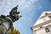 Ulrichsdenkmal vor Studienkirche Mariä Himmelfahrt, Dillingen an der Donau, Bayern, Deutschland