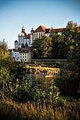 Blick über Donau zur Altstadt mit Schloss, Neuburg an der Donau, Landkreis Neuburg-Schrobenhausen, Bayern, Deutschland