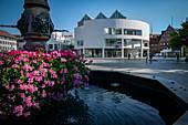 modern town house by Richard Meier, fountain on Munsterplatz, Ulm, Danube, Swabian Alb, Baden-Württemberg, Germany
