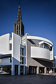 modern town house by Richard Meier and Gothic Ulm Minster, Ulm, Danube, Swabian Alb, Baden-Württemberg, Germany