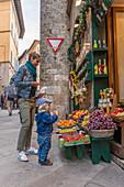 Mutter mit Kind am Obststand, Siena, Provinz Siena, Toskana, Italien
