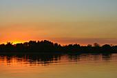 Gambia; Central River Region; Gambia-Fluss bei Kuntaur; Sonnenuntergang
