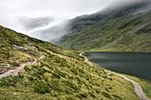 Nebelige Landschaft am Unteren Giglachsee in den Niederen Tauern, Steiermark, Österreich.